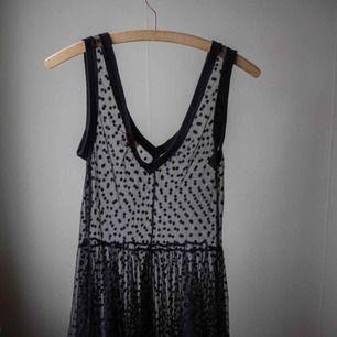 Prickig mesh klänning. Väldigt söt!
