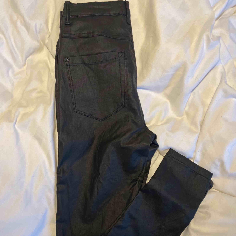 Tajta byxor i läder imitation i stolek medium använda 3 gånger väldigt stretchiga och höga i midjan. . Jeans & Byxor.