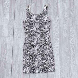 NY vit/svart klänning från HM storlek 34. Väldigt mjukt och stretchigt material.  Möts upp i Stockholm eller fraktar.  Frakt kostar 42kr extra, postar med videobevis/bildbevis. Jag garanterar en snabb pålitlig affär!✨