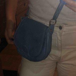 Säljer en liten blå väska med ställbart band. 20kr + frakt