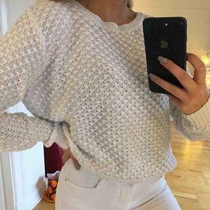Superfin vit tröja i nyskick som är superskön. Köpt för 399kr, säljer för 100kr