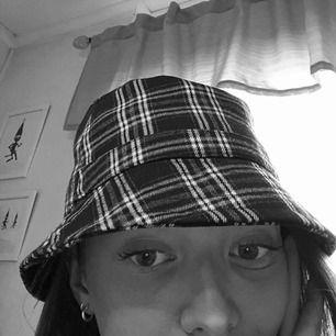 En riktig snygging-hatt från Monki! Buckethat som är snygg till streetwear eller vad som helst + fett gött material! 💫 Använd 1 gång, så den är i PERFEKT skick. Nypris 150kr på Monki!