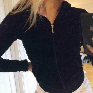 Säljer min Juicy Couture Hoodie som är i perfekt skick. Den är SÅ varm och skön. Köpt för runt 1500kr säljer för 200kr.