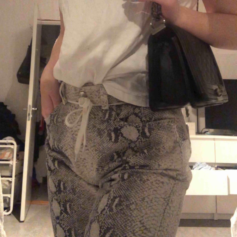 Jätte fina mom jeans från plt, för stora för mig använda 1 gång. . Jeans & Byxor.
