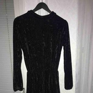 Ny sammetklänning strl S Öppen rygg med spets    Köparen står för frakt