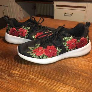 """Skitcoola skor med rosor på från """"Lejon"""" knappt använda och säljer pga att jag aldrig använder dem! Knappt använda och storlek 38 men passar 39 också! Väldigt sköna!"""