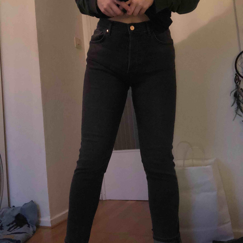 Jeans I loose fit I stretchigt och skönt jeanstyg. De är lite gråaktiga i färgen, så inte helt svarta. Bara använda ett par gånger, så gott som nya! . Jeans & Byxor.