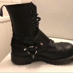 """Astuff bootstrap handgjord av mig! Gjord i läder och stängs med en """"klickknapp"""" baktill."""