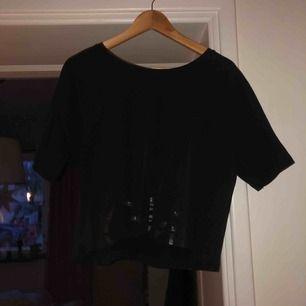 Cool, hyfsat kort t-shirt från CK, knappt använd och skön!