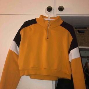 Skön gosig gul tröja från Hm! Säljer pga ingen användning.