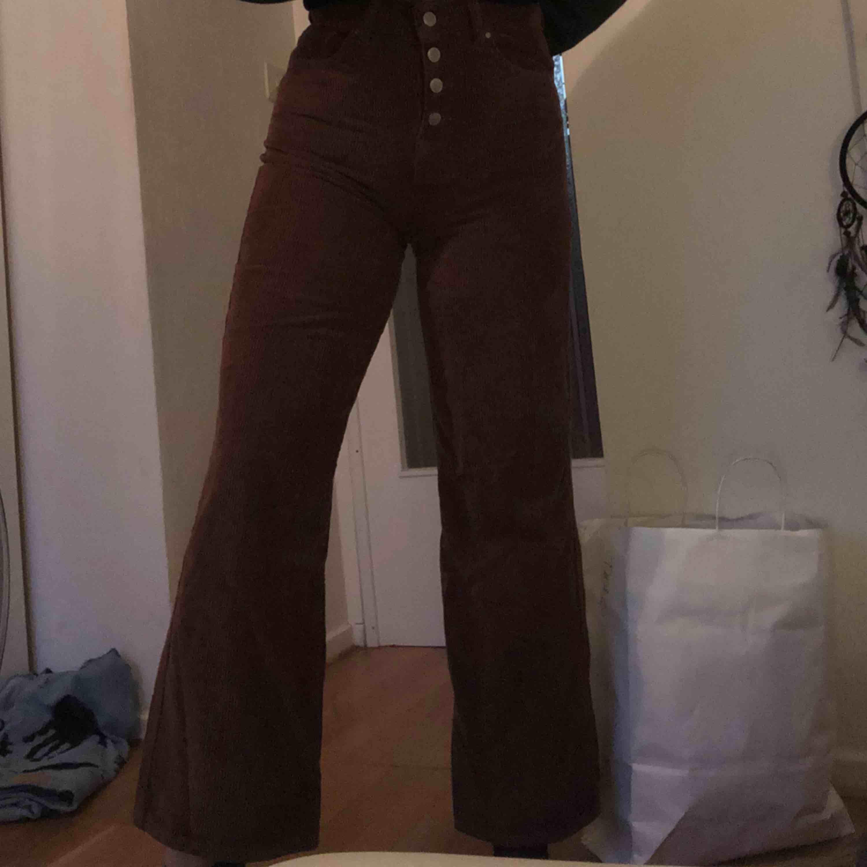 Wide leg byxor i Manchester, brun färg. Väldigt skönt material men sitter tyvärr för tight på mig. Aldrig använda! . Jeans & Byxor.