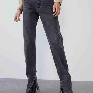 Intressekoll!!! Säljer dess super snygga jeans (slutsålda) från zara. Aldrig använda, alla lappar kvar🥰🤩