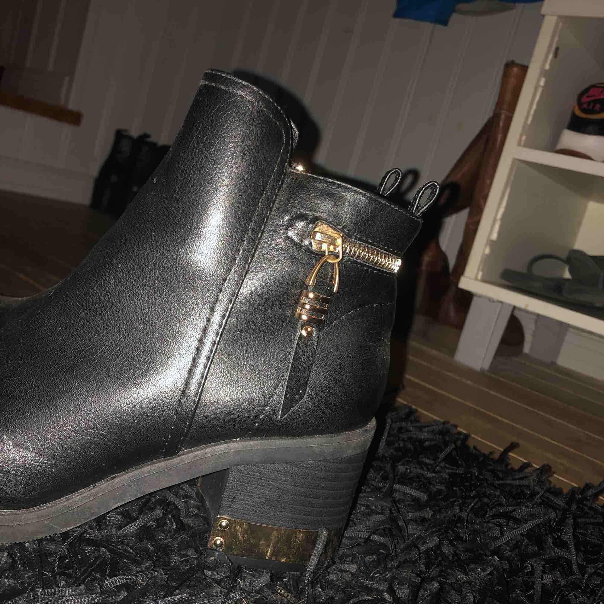 Snygga skor oanvända från Dinsko. Snygga gulddetaljer på klacken. Skor.