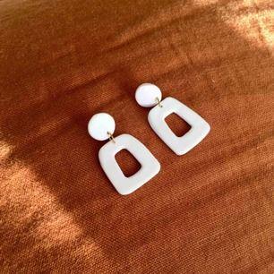 Handgjorda vita örhängen i lera. Går att få både med guldiga och silvriga detaljer. •nickelfria •frakt 9kr •insta: dorisclaydesign