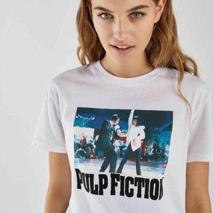 T-Shirt med Pulp Fiction tryck på! Är strlk L men sitter mer som M skulle jag säga. Kan mötas i sthlm, annars står köparen för frakten✨