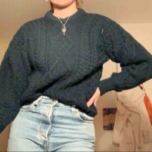 Mysig stickad tröja i en blågrön färg! Strlk är xxl men en barnstorlek, så sitter mer som en S/M. Köpt på second hand i stockholm! Kan mötas i sthlm eller så står köparen för frakten✨