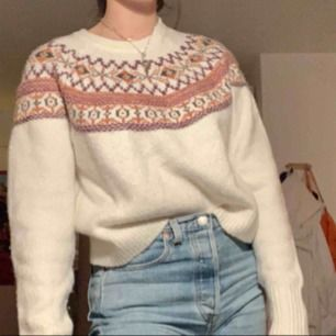 Jätteskön stickad tröja från Pull and Bear! Köpt förra året men endast använd 2 ggr. Kan mötas i sthlm, annars står köparen för frakt✨