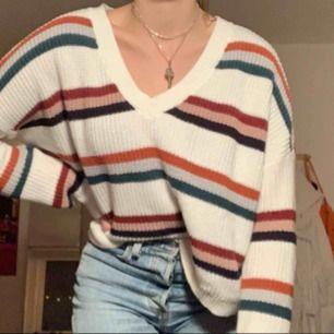 Stickad tröja, är i strlk S men skulle säga själv att den är M! Endast använd ca 3 gånger. Kan mötas i sthlm, annars står köparen för frakten✨