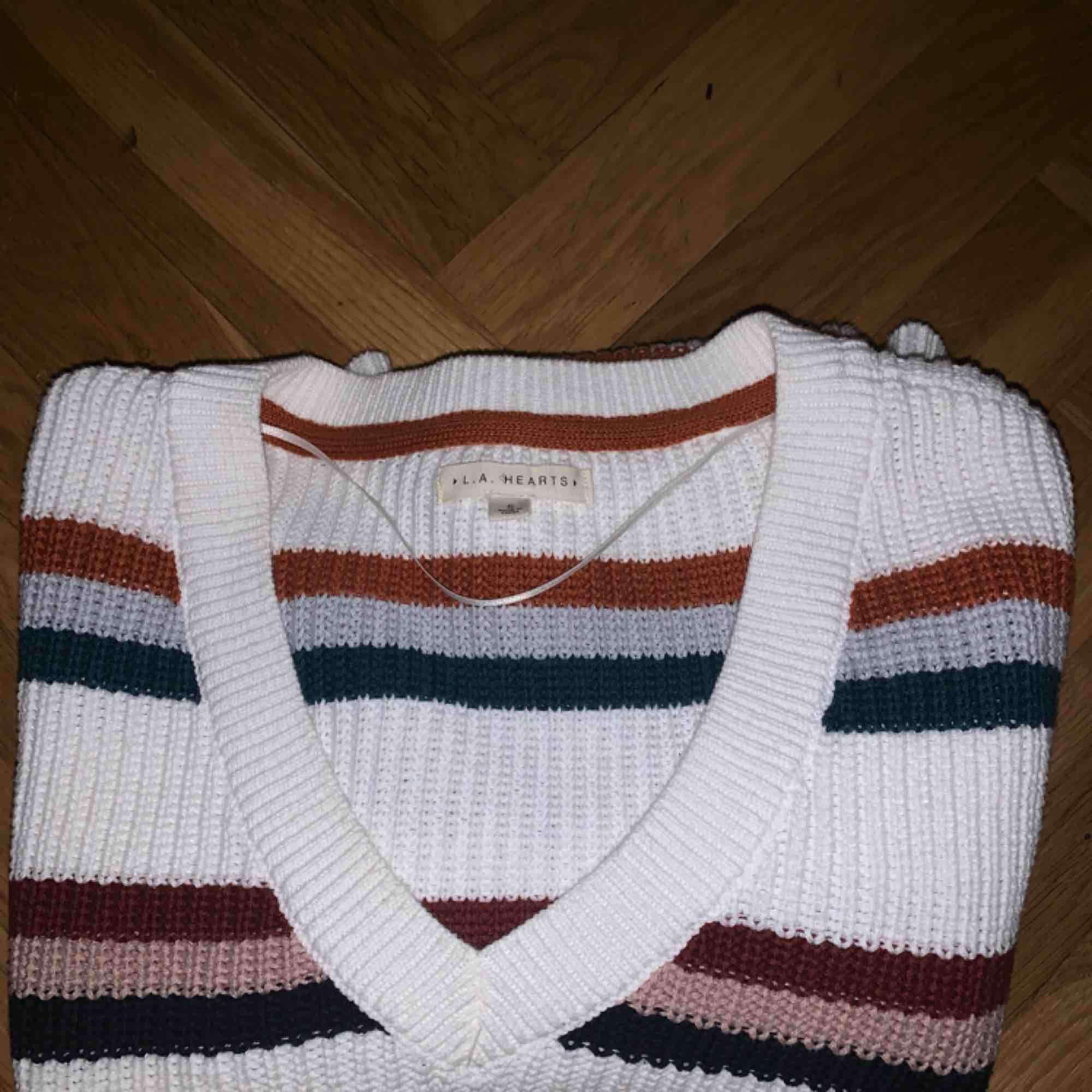 Stickad tröja, är i strlk S men skulle säga själv att den är M! Endast använd ca 3 gånger. Kan mötas i sthlm, annars står köparen för frakten✨. Stickat.