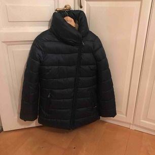 Blå jacka storlek M , jacka är som ny ! Hämta i Majorna (41464) eller jag kan skicka . Jag tycker att det är stor M