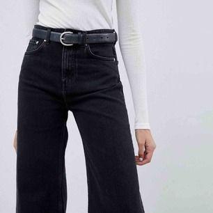 WEEKDAY-jeans i modellen Ace tuned black. De är skitsnygga med vida ben!