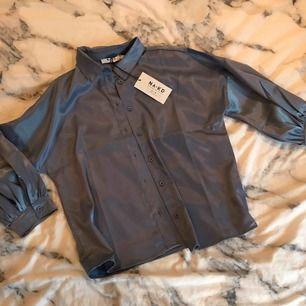 Säljer min helt nya silkes blus ifrån Na-Kd, lapparna finns kvar på plagget🦋 Möts upp i stockholmsområdet eller fraktas mot betalning💗🥰