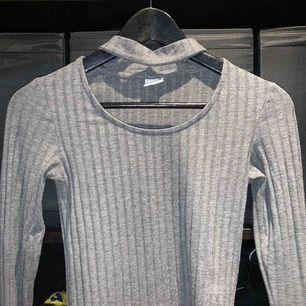 Grå tröja från Gina Tricot Strl XS, men stretchig! Kan även vika bak halsbandsliknande tyget, så blir det en vanlig långärmad tröja, 2 i 1😊