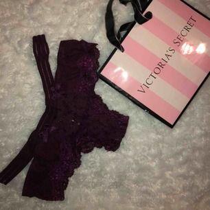 Oanvända Victoria Secret string, säljer endast då jag köpte fel storlek och insåg det när jag kollade på prislapparna som jag ryckt bort. Känner heller ingen som har XS. testade med andra trosor under ifall att jag skulle behöva sälja de