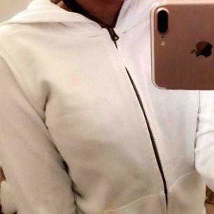 Säljer min fina hoodie använd ett fåtal ggr. Loggan är rosa. ▪️Köparen står för frakt