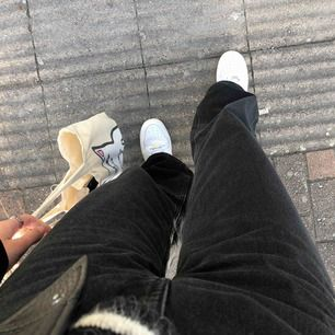 Säljer mina fina jeans från Weekday - modellen ACE, storlek 25/32 (alltid slutsålda!)💫 Fett goa och supersnygga till streetwear eller fjårtizwear 💕