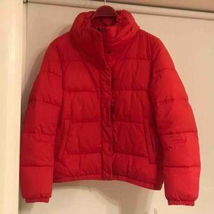 Röd puffjacka i storlek 38 (S-M). Säljs då den tyvärr inte används längre då jag har en del jackor :/ Köpare står för frakt :)