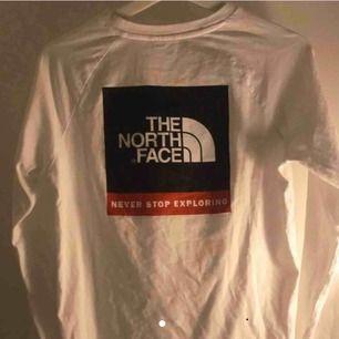 Säljer en långärmad The North Face tröja, tröjan är en XL i barnstorlek vilket motsvarar en xs-s.😇 väldigt fint skick. Köpt för ca 400kr. 160kr+frakt😋😋
