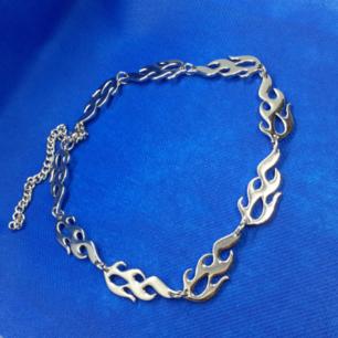 Halsband FLAMMOR! Material: Rostfritt Stål  Märke: Lila Rosé Original-InköpsMärke: 0 international trade store Frakt: 18:-