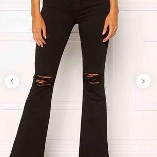 Säljer sjukt snygga Dr Denim jeans som tyvär blivir för små, byxorna ser exakt ut som på model bilden fast hålet vid knät har it några trådar kvar.  pris kan diskuteras. ▪️köparen står för frakt