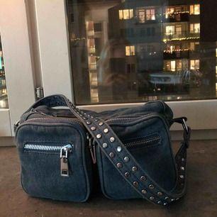 Säljer min noella väska då den inte används längre jätte fint och coolt jeans tyg använd men fint skick!!!! Buda högsta bud just nu 250
