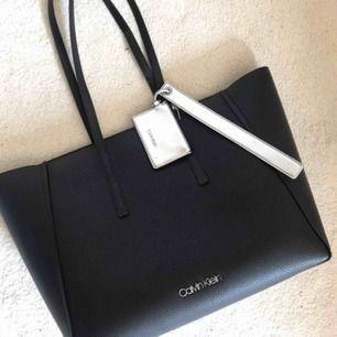 Black base large shopper bag. Sparsamt använd, som ny. Nypris ca2000kr. Köparen står för frakt om så behövs.:)