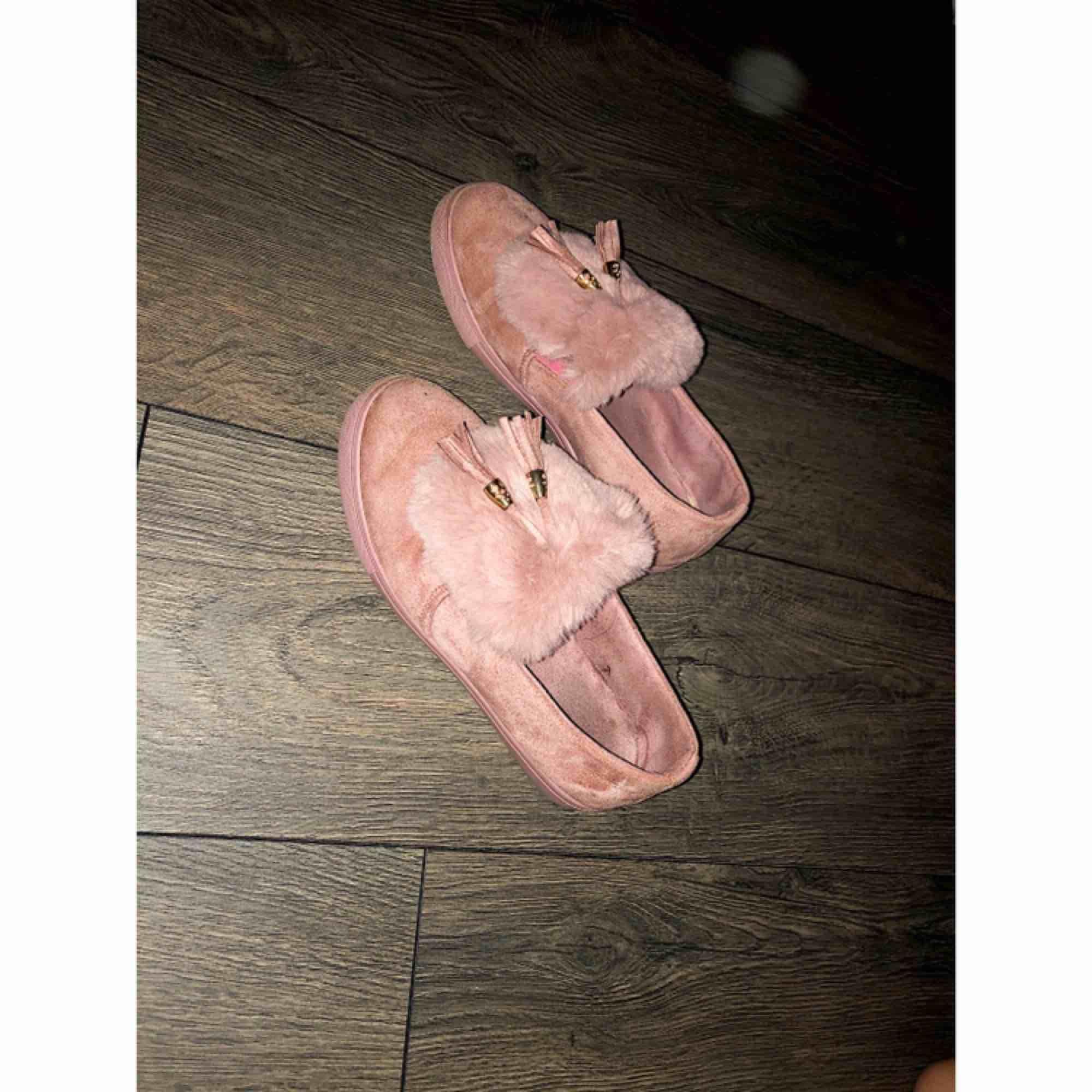 Jätte fina skor i äkta mocka. Köpta för 899kr 2017, lite slitna men inget som syns när man har dem på. Fint skick annars och passar till alla tillfällen. Postas 🌸. Skor.
