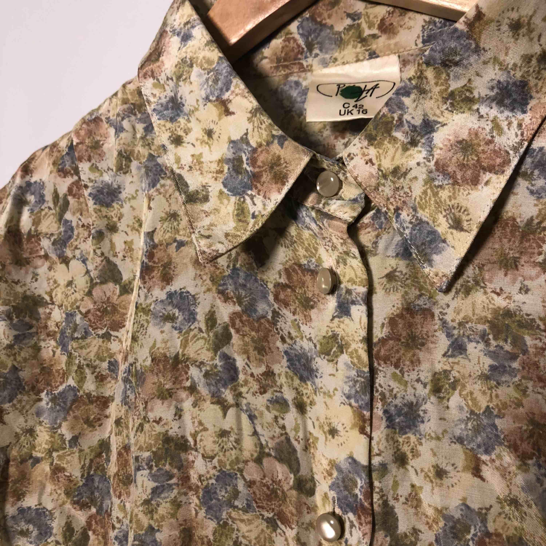 Oversize skjorta, jag är vanligtvis en S/M. Kan ses för upphämtning i Stockholm, Västerås eller Uppsala. Betalning sker när vi ses✌🏼. Skjortor.