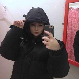 Oversized puffer jacka, svart, bra skick men inte oanvänd. Vi delar på frakten :)
