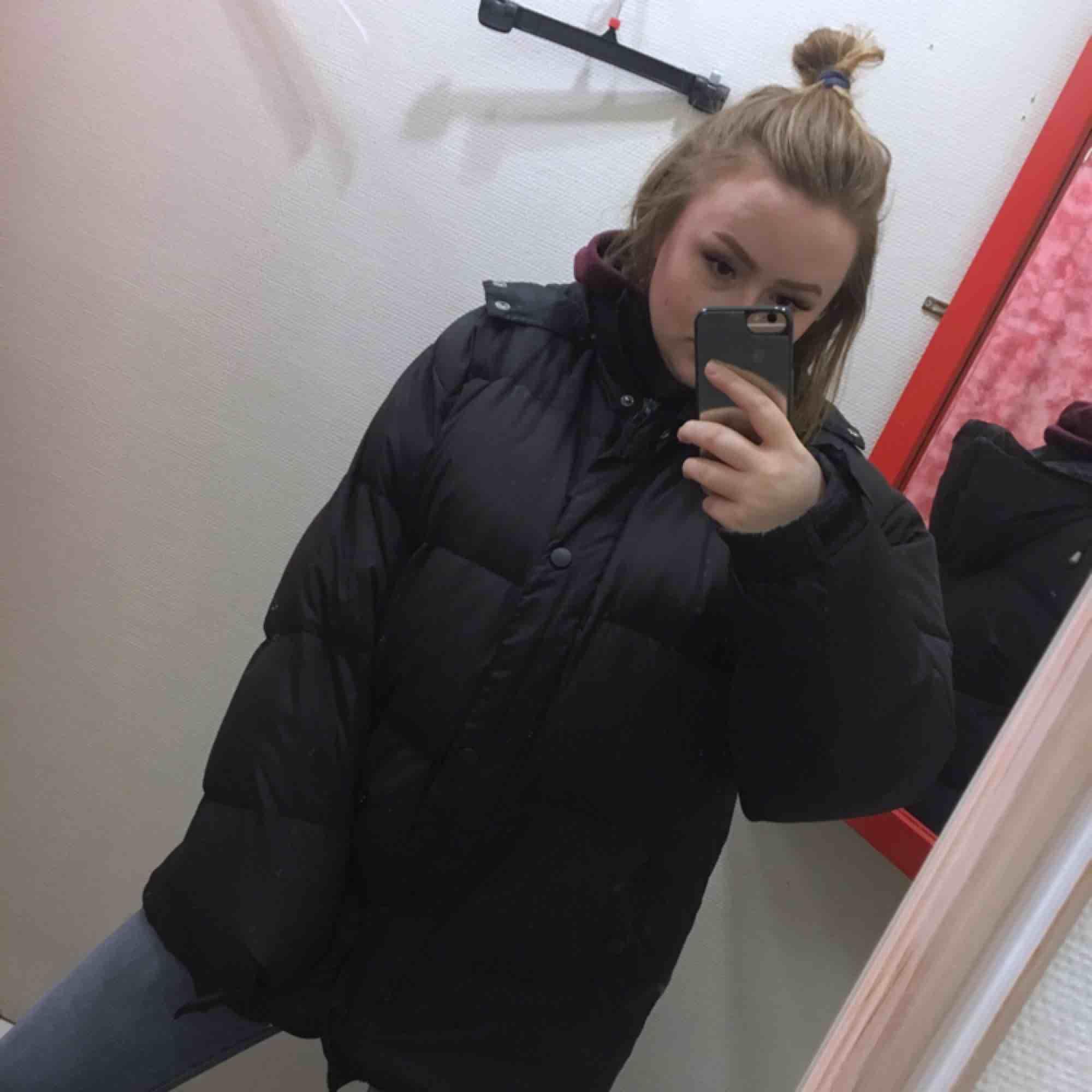Oversized puffer jacka, svart, bra skick men inte oanvänd. Vi delar på frakten :). Jackor.