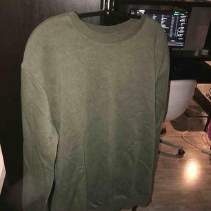 Sweatshirt från H&M i mörkolivgrön, ser ljusare ut på bilden än i verkligheten. Storlek S oversize, men passar M lika bra. Väldigt bra skick och inga noppor eller andra defekter. Väldigt mysig nu på vintern. Kan fraktas.