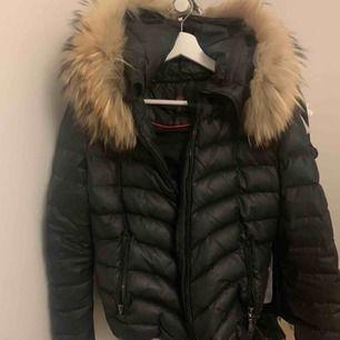 Vinterjacka med äkta päls, Knappt använd Bra skick och inga slitningar som syns, ( endast ett hål i ena fickan )  Hör av er vid intresse😁 frakt tillkommer💛