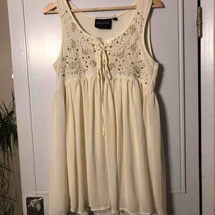 Cremevit klänning från SOLO, använd bara några gånger. Jag är 170cm och den täcker precis rö**n! Kan mötas upp i Stockholm eller Västerås. Betalning sker när vi ses✌🏼
