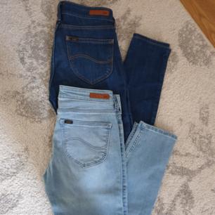 Nya oanvända Lee jeans i modell scarlett. Köptes under tiden jag var gravid men kommer ej kunna använda dessa då dem är för små. Lapparna drog jag tyvärr bort men i som sagt oanvänt skick.  Passa verkligen på att fynda nypris för båda var 2000. Skickar med spårbar frakt vid köp, som även köpare står för!