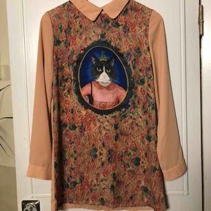 Rosa kattkläning, använd två gånger, varav en av gångerna var jag utklädd till professor Umbridge, rekommenderar starkt! Är 170cm och den täcker inte riktigt hela rö**n. Kan mötas upp i Stockholm eller Västerås. Betalning sker när vi ses✌🏼