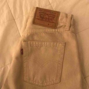 Skitsnygga beiga Levis jeans, som tyvärr är för små.  Har lite blyert på benet som syns på 3e bilden