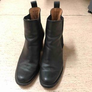 Svarta ankel boots från Åhléns i äkta läder. Storlek 37. Jätte fina till jeans och till fest 🎉