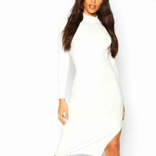 Super fin klänning som sitter tajt precis som på bilden, helt oanvänd men säljer den för jag inte vill ha den! Självklart säljer jag den billigare!