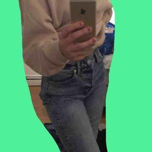 Fina jeans som jag har använt 2-3 gånger i skolan och sen har dom varit i min garderob sen dess. Säljer pga av att jag inte använder dom. Sitter jätte bra!