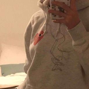 Asnajs hoodie med liknande commes ses garcons tryck! I perfekt skick och så bekväm<3 har sån fin passform. tveka inte att fråga!